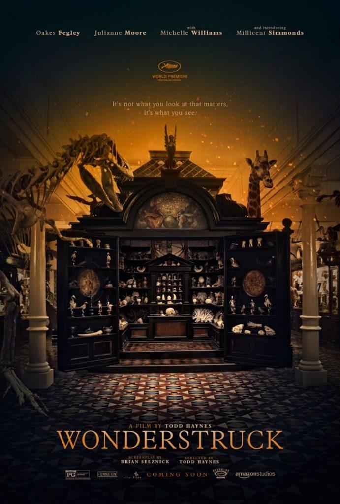 Affiche officielle du film Wonderstruck (Le musée des merveilles) présentant les décors du musée (squelette de dinosaure, girafe, objets d'arts..)