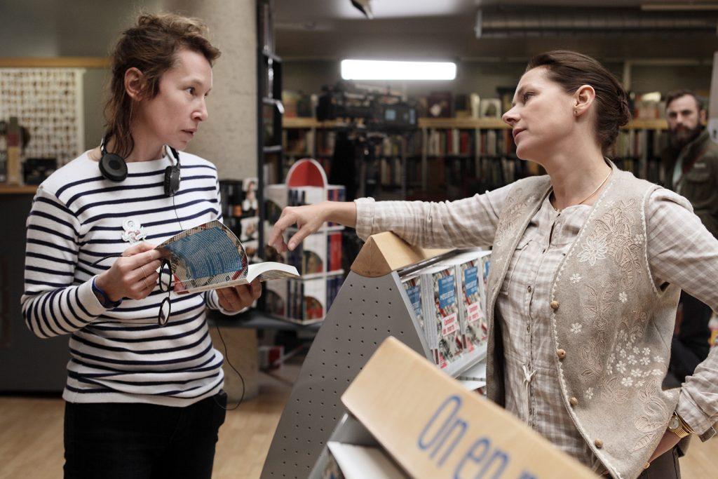 Photo tirée du tournage du film La fille de Brest, la réalisatrice Emmanuelle Bercot (à gauche) et l'actrice Sidse Babett Knudsen (à droite) discutent