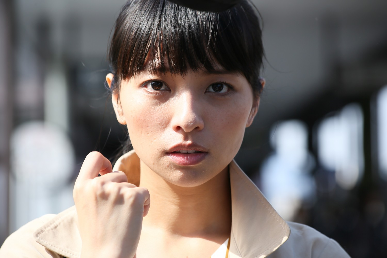 Photo tirée du film Vers la lumière, l'actrice Masatoshi Nagase regarde l'objectif de la caméra