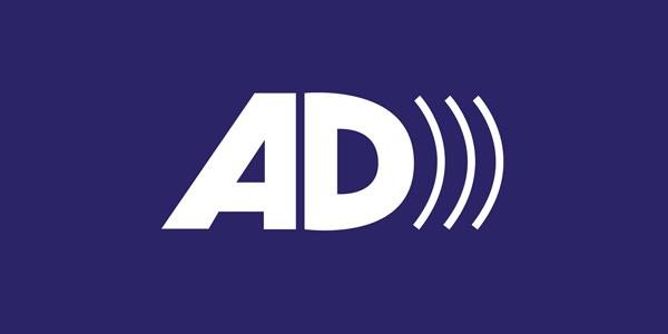 L'image représente le logo de l'audiodescription. La lettre A est suivie de la lettre D et de trois ondes sonores. Le texte est de couleur blanche sur un fond bleu.
