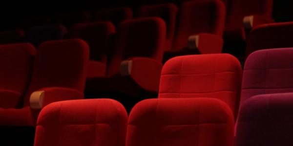 L'image montre des fauteuils de cinéma rouge