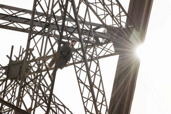 Romain Duris interprète Gustave Eiffel, En équilibre sur les poutres métalliques de la Tour Eiffel en construction